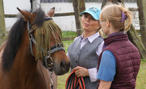 Mary Ann Simonds erklärt einer Teilnehmerin etwas des Seminars